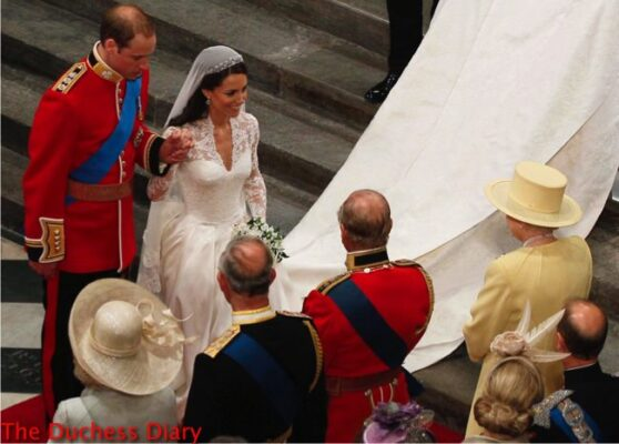 kate middleton wedding gown curtsies queen elizabeth westminster abbey