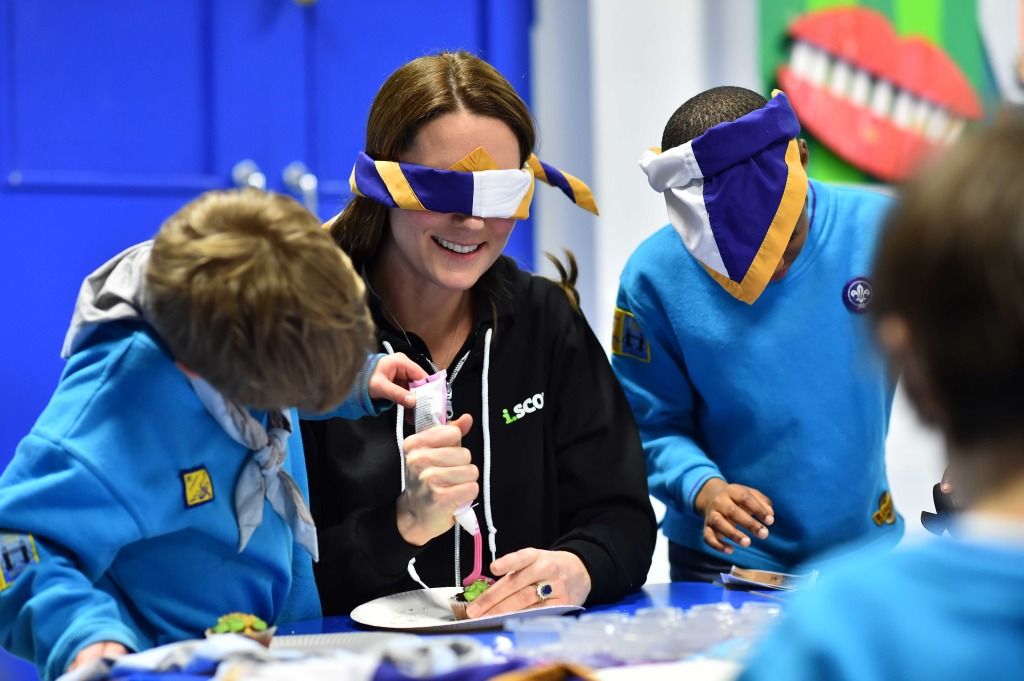 Kate Middleton i Scout Sweatshirt Blindfolded Beaver Scout Event
