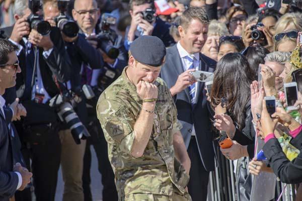 Prince Harry Bites Own Hand Joke Fans Sydney Opera House