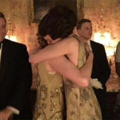 elizabeth mcgovern hugs michelle dockery filming downton abbey