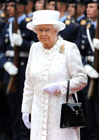 queen elizabeth white outfit germany visit