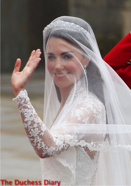 kate middleton waves crowds westminster abbey