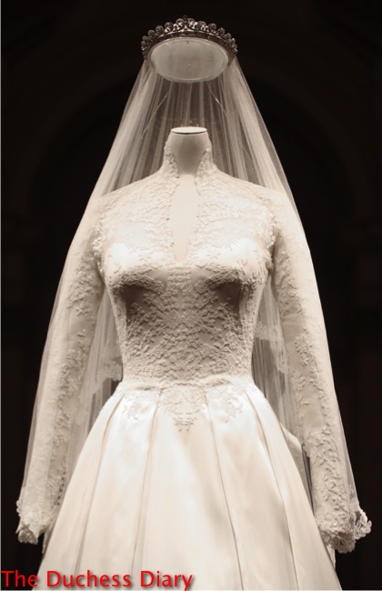 alexander mcqueen wedding dress display buckingham palace