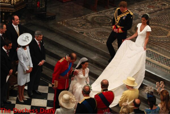 prince william bows kate middleton curtsies queen elizabeth westminster abbey royal wedding