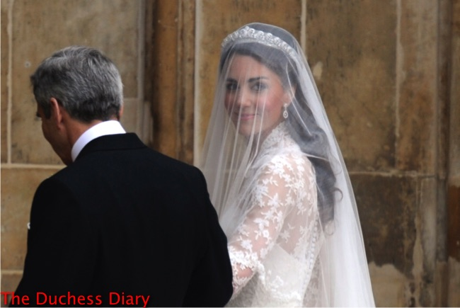 kate middleton looks back crowd michael middleton westminster abbey