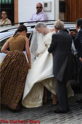 lady charlotte wellesley gets out of car marry alejandro santo domingo
