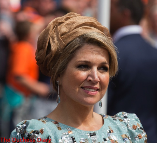 queen maxima light blue dress champagne head piece king's day 2014