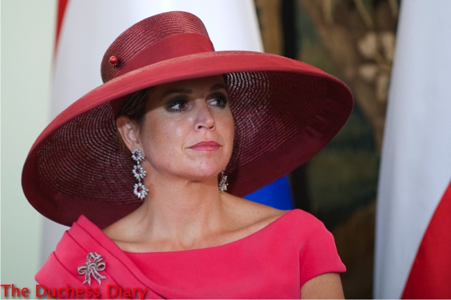 queen maxima drop earrings pink dress wide brim hat warsaw