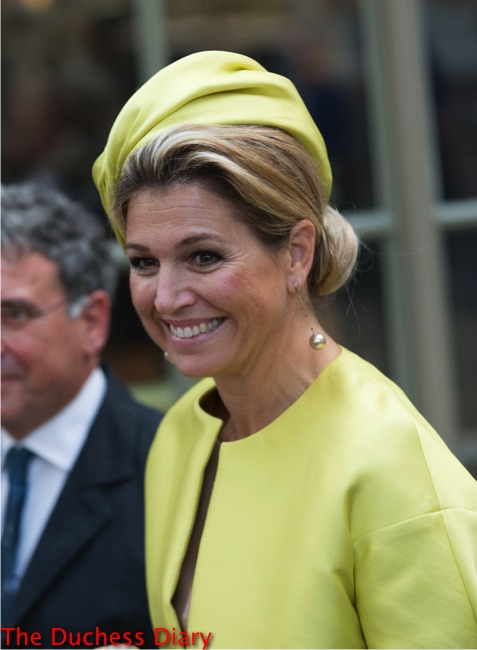 queen maxima yellow coat yellow hat opens micropia museum