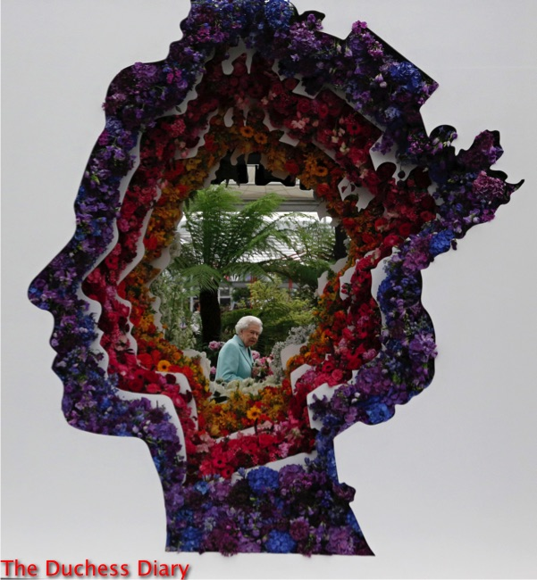 queen elizabeth seen through floral gap chelsea flower show