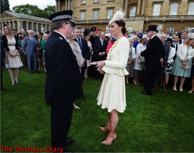 kate middleton chats guests buckingham palace garden party