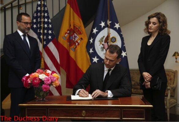 king felipe queen letizia sign book condolence orlando shooting victims