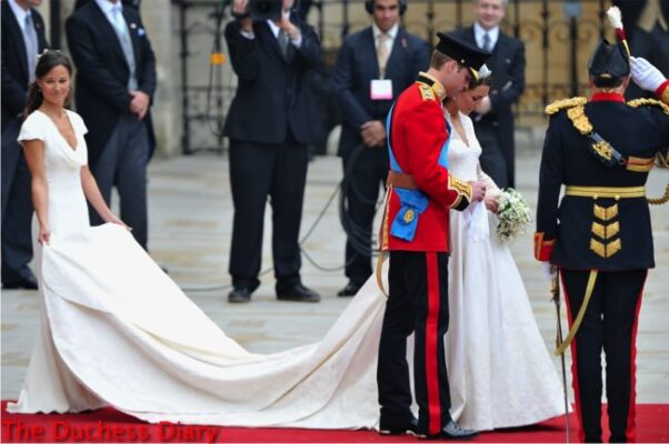 pippa middleton holds duchess cambridge train royal wedding