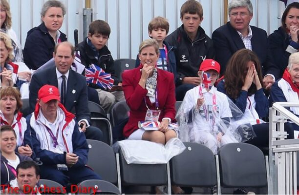 kate middleton covers face watching rowing paralymics 2012
