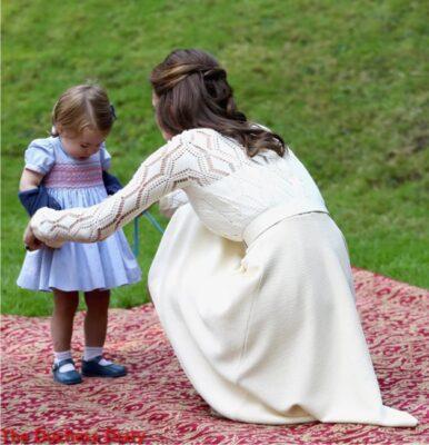 duchess cambridge helps princess charlotte cardigan children's party canada
